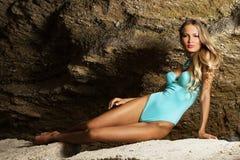 όμορφη bikini γυναίκα μπλε βράχ&omicro Στοκ Φωτογραφία