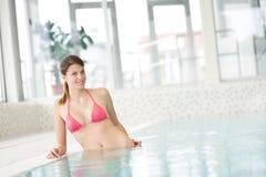 όμορφη bikini κολυμπώντας γυν&alpha Στοκ εικόνες με δικαίωμα ελεύθερης χρήσης