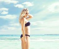 όμορφη bikini μαύρη γυναίκα Νέο και φίλαθλο κορίτσι που θέτει επάνω Στοκ φωτογραφίες με δικαίωμα ελεύθερης χρήσης