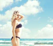 όμορφη bikini μαύρη γυναίκα Νέο και φίλαθλο κορίτσι που θέτει επάνω Στοκ εικόνα με δικαίωμα ελεύθερης χρήσης