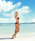 όμορφη bikini μαύρη γυναίκα Νέο και φίλαθλο κορίτσι που θέτει επάνω Στοκ Εικόνα