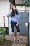 Όμορφη brunet νέα γυναίκα στο συμπαθητικό ριγωτό σακάκι, αθλητικό trou στοκ εικόνα