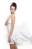 όμορφη earing πετώντας λευκή γυναίκα φορεμάτων νυφών Στοκ Φωτογραφία