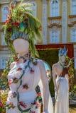 Όμορφη floral διακόσμηση με τα αγάλματα στοκ φωτογραφίες