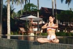 όμορφη meditating γυναίκα στοκ φωτογραφίες