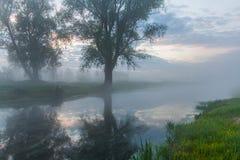 Όμορφη misty αυγή την άνοιξη στον ποταμό Στοκ εικόνα με δικαίωμα ελεύθερης χρήσης