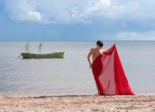 Όμορφη nude γυναίκα με το κόκκινο ύφασμα Στοκ φωτογραφία με δικαίωμα ελεύθερης χρήσης