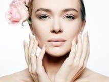 Όμορφη nude γυναίκα σύνθεσης με το λουλούδι Στοκ φωτογραφίες με δικαίωμα ελεύθερης χρήσης