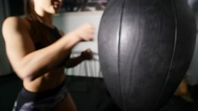 Όμορφη punching κατάρτισης γυναικών Kickboxing τσάντα ικανότητας στούντιο στην άγρια σειρά σωμάτων δύναμης κατάλληλη kickboxer απόθεμα βίντεο