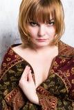 Όμορφη redhead γυναίκα κινηματογραφήσεων σε πρώτο πλάνο με το μαντίλι ώμων Σύνθεση Στοκ Φωτογραφίες