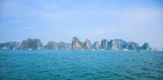 Όμορφη seascape άποψη του κόλπου Halong, Βιετνάμ στοκ εικόνα με δικαίωμα ελεύθερης χρήσης
