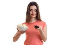 Όμορφη TV ρολογιών γυναικών με pop-corn Στοκ Εικόνες