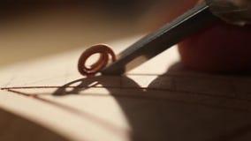 Όμορφη woodcarving κινηματογράφηση σε πρώτο πλάνο απόθεμα βίντεο