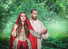 Όμορφοι άνδρας και γυναίκα ζευγών στο μεσαιωνικό κοστούμι στοκ φωτογραφία