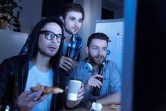 Όμορφοι άνδρες συνάδελφοι που ξοδεύουν το χρόνο από κοινού Στοκ φωτογραφία με δικαίωμα ελεύθερης χρήσης