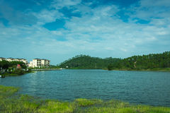 Όμορφοι λίμνη και μπλε ουρανός Στοκ Φωτογραφίες