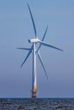 Όμορφοι ανεμοστρόβιλοι Διασχισμένες λεπίδες στροφέων windfarm παράκτια των στροβίλων Στοκ Φωτογραφία