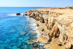 Όμορφοι απότομοι βράχοι και αψίδες σε Aiya Napa, Κύπρος Στοκ Εικόνες