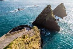 Όμορφοι απότομοι βράχοι και τοπίο στην επικεφαλής Dingle Slea χερσόνησο Irela Στοκ Εικόνες