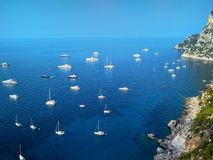 Όμορφοι απότομοι βράχοι στο νησί Capri στη Μεσόγειο στοκ φωτογραφία