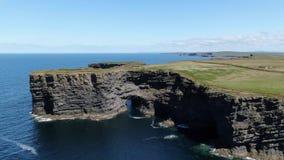 Όμορφοι απότομοι βράχοι Kilkee στη δυτική ακτή της Ιρλανδίας φιλμ μικρού μήκους