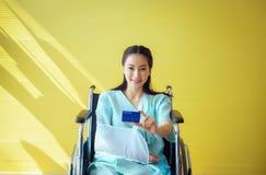 Όμορφοι ασιατικοί ασθενείς γυναικών που παρουσιάζουν κάρτα υγείας, θετική σκέψη, έννοια ασφαλιστήριων συμβολαίων, διάστημα αντιγρ στοκ εικόνα με δικαίωμα ελεύθερης χρήσης