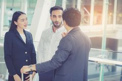 Όμορφοι ασιατικοί νέοι επιχειρηματίας και επιχειρηματίας τρία ομιλία και χαμόγελο ανθρώπων στοκ εικόνες με δικαίωμα ελεύθερης χρήσης
