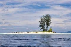 Όμορφοι ατόλλη και σκόπελος κοντά στο νησί batanta στο archi raja ampat Στοκ Φωτογραφίες