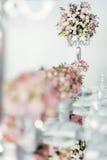 Όμορφοι γαμήλιοι πίνακες και τριαντάφυλλα Στοκ φωτογραφία με δικαίωμα ελεύθερης χρήσης