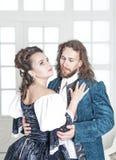 Όμορφοι γυναίκα και άνδρας ζευγών στα μεσαιωνικά ενδύματα Στοκ Εικόνα