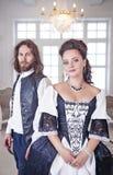 Όμορφοι γυναίκα και άνδρας ζευγών στα μεσαιωνικά ενδύματα Στοκ εικόνα με δικαίωμα ελεύθερης χρήσης