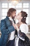 Όμορφοι γυναίκα και άνδρας ζευγών στα μεσαιωνικά ενδύματα Στοκ Εικόνες