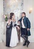 Όμορφοι γυναίκα και άνδρας ζευγών στα μεσαιωνικά ενδύματα Στοκ φωτογραφία με δικαίωμα ελεύθερης χρήσης
