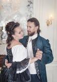 Όμορφοι γυναίκα και άνδρας ζευγών στα μεσαιωνικά ενδύματα Στοκ Φωτογραφίες