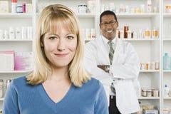 Όμορφοι γυναίκα και φαρμακοποιός στο φαρμακείο στοκ εικόνες