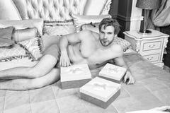 Όμορφοι εραστής και δώρο ατόμων Έκπληξη για τον αγαπημένο Δώρα για την αγάπη Γενέθλια πρωί Ρομαντική έκπληξη Βαλεντίνοι στοκ φωτογραφίες με δικαίωμα ελεύθερης χρήσης