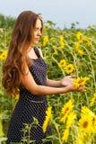 όμορφοι ηλίανθοι κοριτσ&io Στοκ Φωτογραφίες