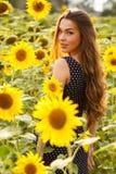 όμορφοι ηλίανθοι κοριτσ&io Στοκ εικόνα με δικαίωμα ελεύθερης χρήσης