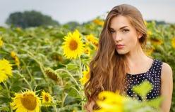 όμορφοι ηλίανθοι κοριτσ&io Στοκ εικόνες με δικαίωμα ελεύθερης χρήσης