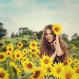 όμορφοι ηλίανθοι κοριτσ&io Στοκ φωτογραφίες με δικαίωμα ελεύθερης χρήσης