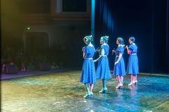 Όμορφοι θηλυκοί τραγουδιστές που τραγουδούν ένα τραγούδι στη σκηνή Στοκ φωτογραφία με δικαίωμα ελεύθερης χρήσης