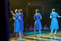 Όμορφοι θηλυκοί τραγουδιστές που τραγουδούν ένα τραγούδι στη σκηνή Στοκ εικόνες με δικαίωμα ελεύθερης χρήσης