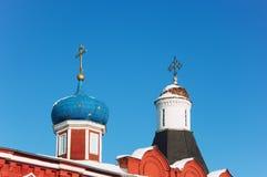 Όμορφοι θόλοι με τους χρυσούς σταυρούς πέρα από τους τοίχους φρουρίων στη Ρωσία ενάντια στον μπλε σαφή ουρανό στοκ φωτογραφία