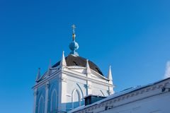 Όμορφοι θόλοι με τους χρυσούς σταυρούς πέρα από τους τοίχους φρουρίων στη Ρωσία ενάντια στον μπλε σαφή ουρανό στοκ εικόνες με δικαίωμα ελεύθερης χρήσης