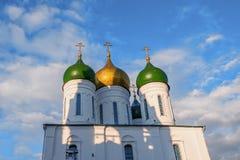 Όμορφοι θόλοι με τους χρυσούς σταυρούς πέρα από τους τοίχους φρουρίων στη Ρωσία ενάντια στον μπλε σαφή ουρανό στοκ εικόνα με δικαίωμα ελεύθερης χρήσης