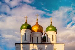 Όμορφοι θόλοι με τους χρυσούς σταυρούς πέρα από τους τοίχους φρουρίων στη Ρωσία ενάντια στον μπλε σαφή ουρανό στοκ εικόνες