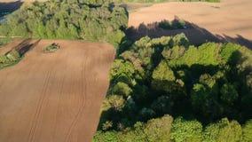 Όμορφοι καλλιεργημένοι τομείς και άλση καλλιεργήσιμου εδάφους πρόσφατα σπαρμένη την άνοιξη, εναέριοι απόθεμα βίντεο