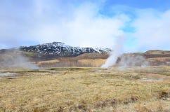 Όμορφοι μπλε ουρανοί με το βράσιμο στον ατμό των καυτών ελατηρίων στην Ισλανδία στοκ φωτογραφίες