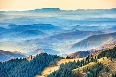Όμορφοι μπλε βουνά και λόφοι Στοκ Εικόνες