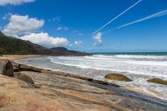 Όμορφοι μπλε νερό και ουρανός στον τυφλοπόντικα Praia Στοκ φωτογραφίες με δικαίωμα ελεύθερης χρήσης